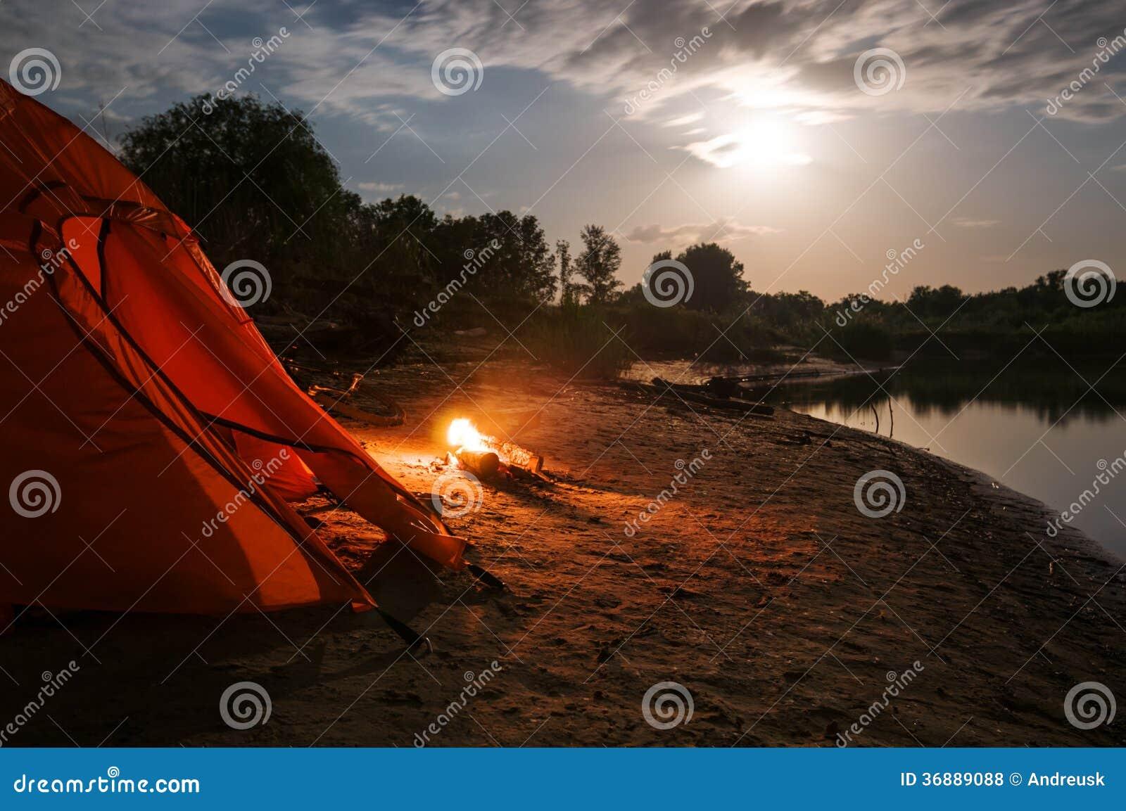 Download Accampandosi alla notte fotografia stock. Immagine di svago - 36889088