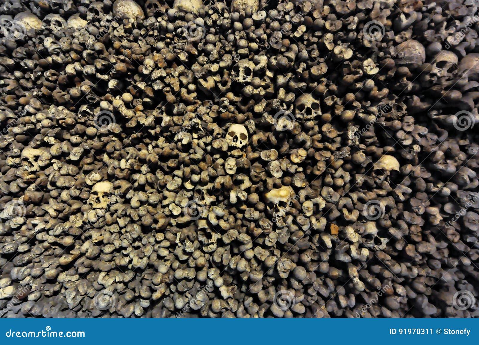 Accatastato su delle ossa e dello scheletro