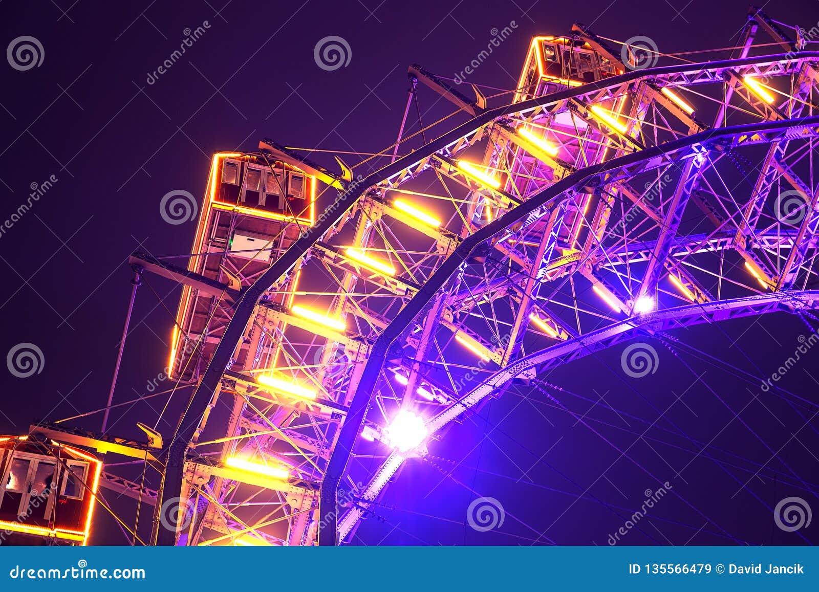 Accensione della ruota panoramica a Vienna Prater nella notte