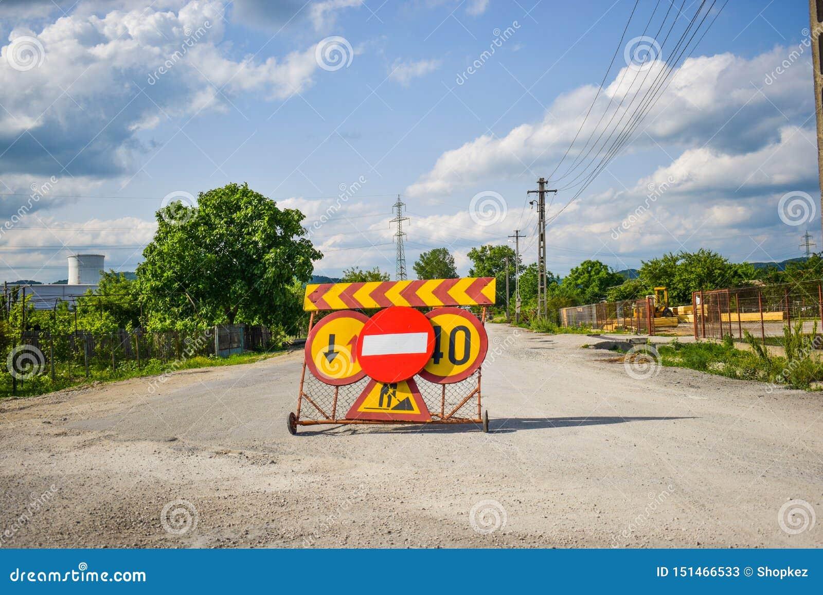 Acces restreints pour les voitures sur la route goudronnée Signe interdit au milieu de rue fermée dans le secteur restreint