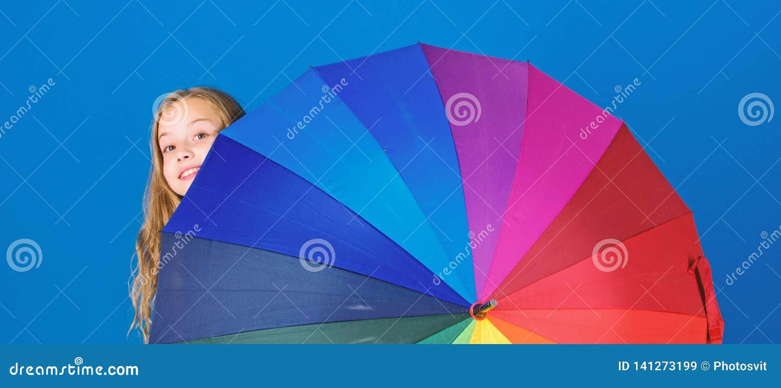 Accesorio colorido del paraguas Concepto de la previsión metereológica Día lluvioso positivo de la estancia sin embargo Aclare en
