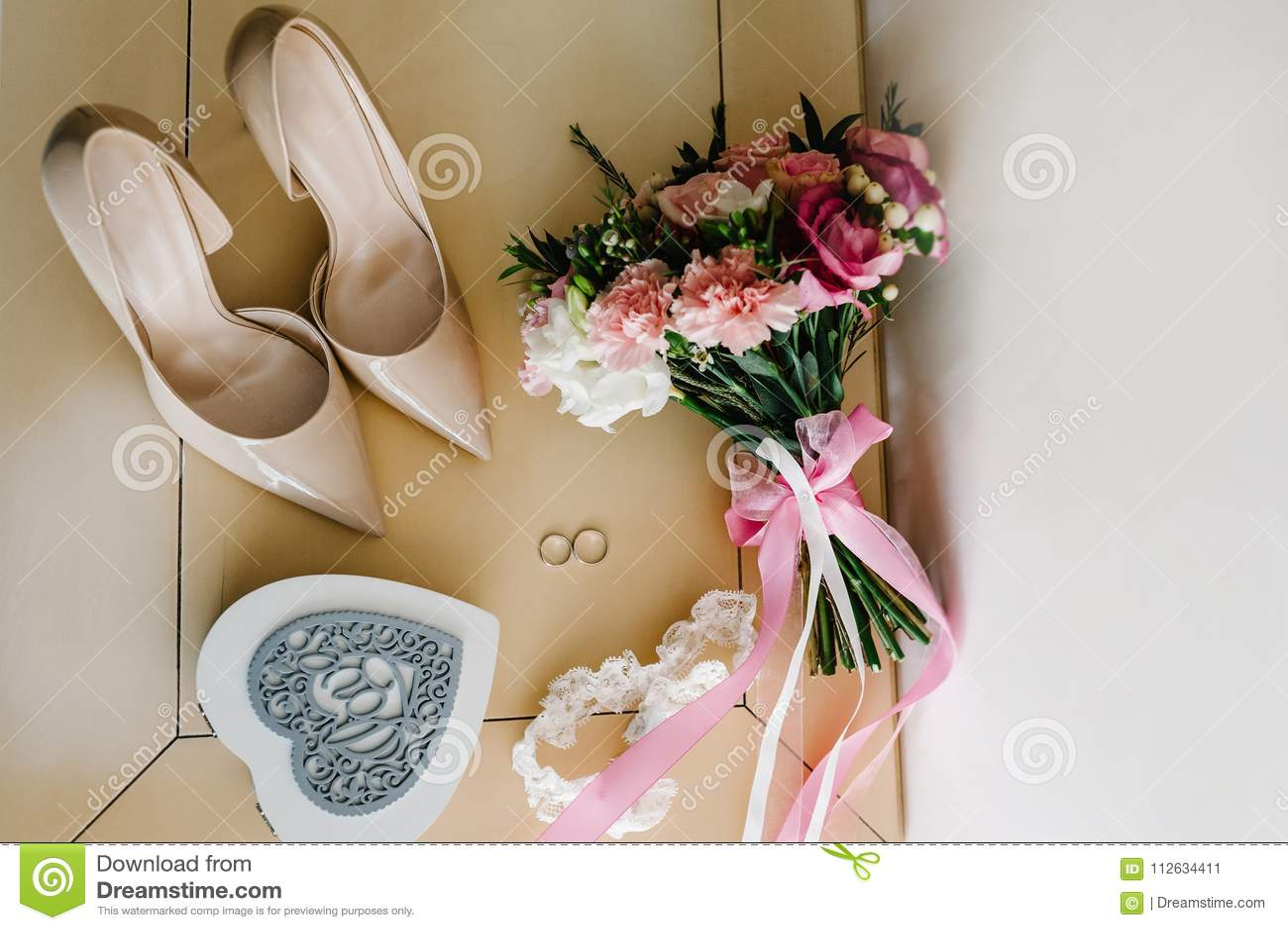 Accesorio de la boda Zapatos clásicos, ` s de la novia del ramo en la tabla en colores pastel