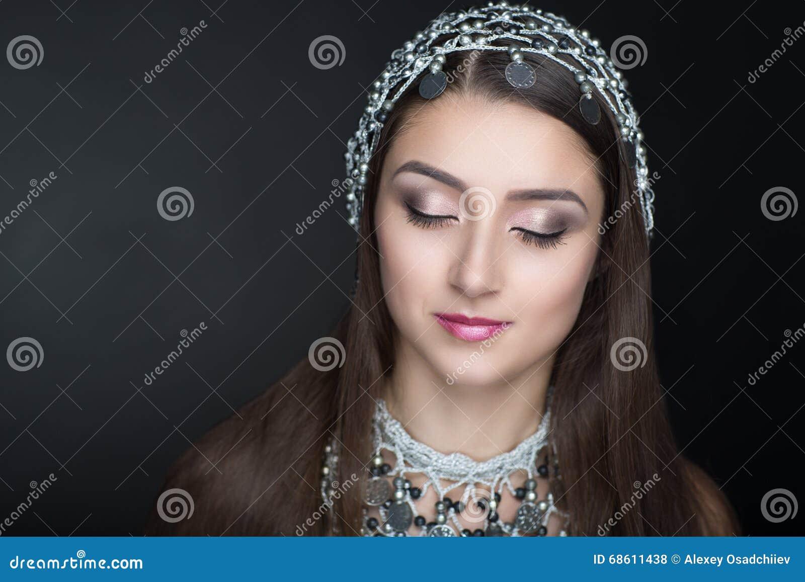 La belleza con nuevo oriental adorna las monedas de plata del círculo de la  joyería 25b2004e0cc