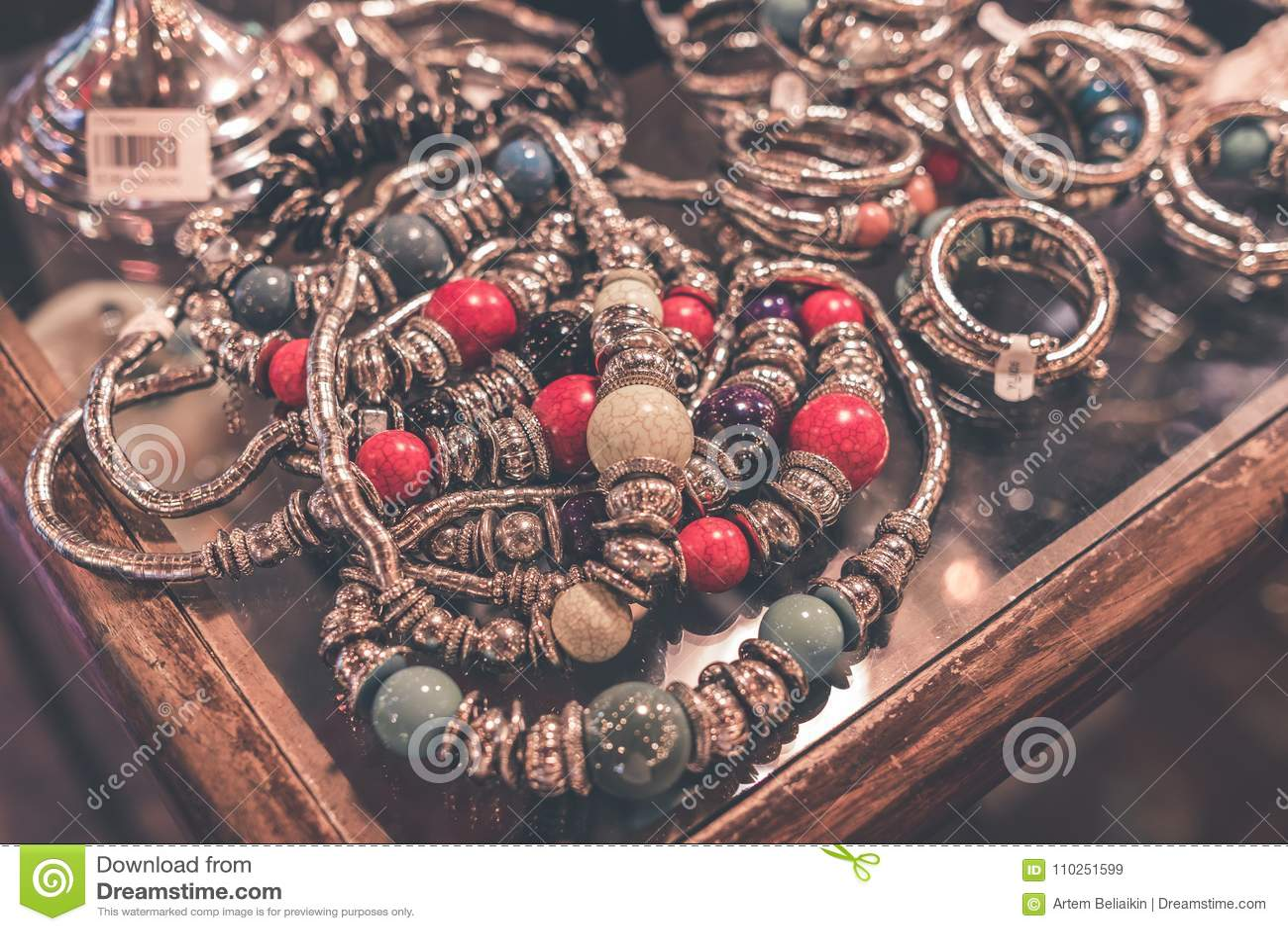 eef6a940e228 Accesorios Del Bijouterie De Las Mujeres En La Tienda Isla De Bali ...