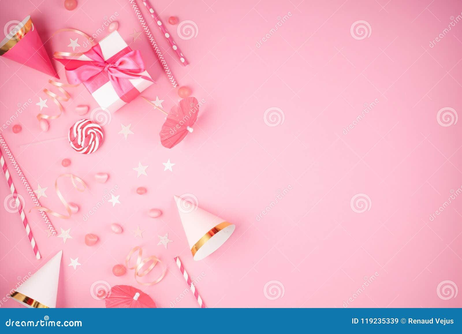 Accesorios del partido de las muchachas sobre el fondo rosado Invitación, BI