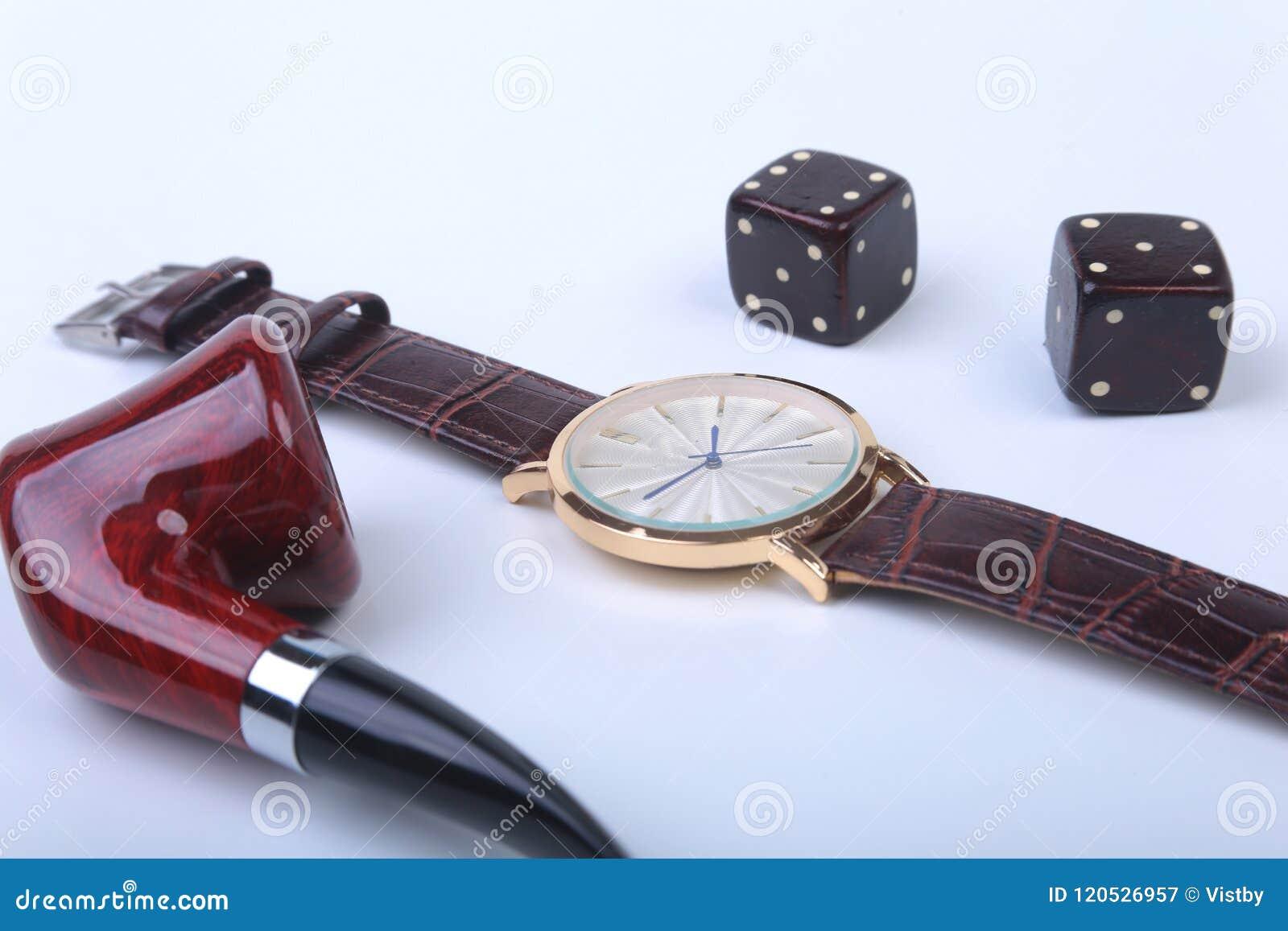 Accesorios del ` s de los hombres para el negocio y el rekreation Reloj, tubo que fuma y dados en el fondo blanco Composición de