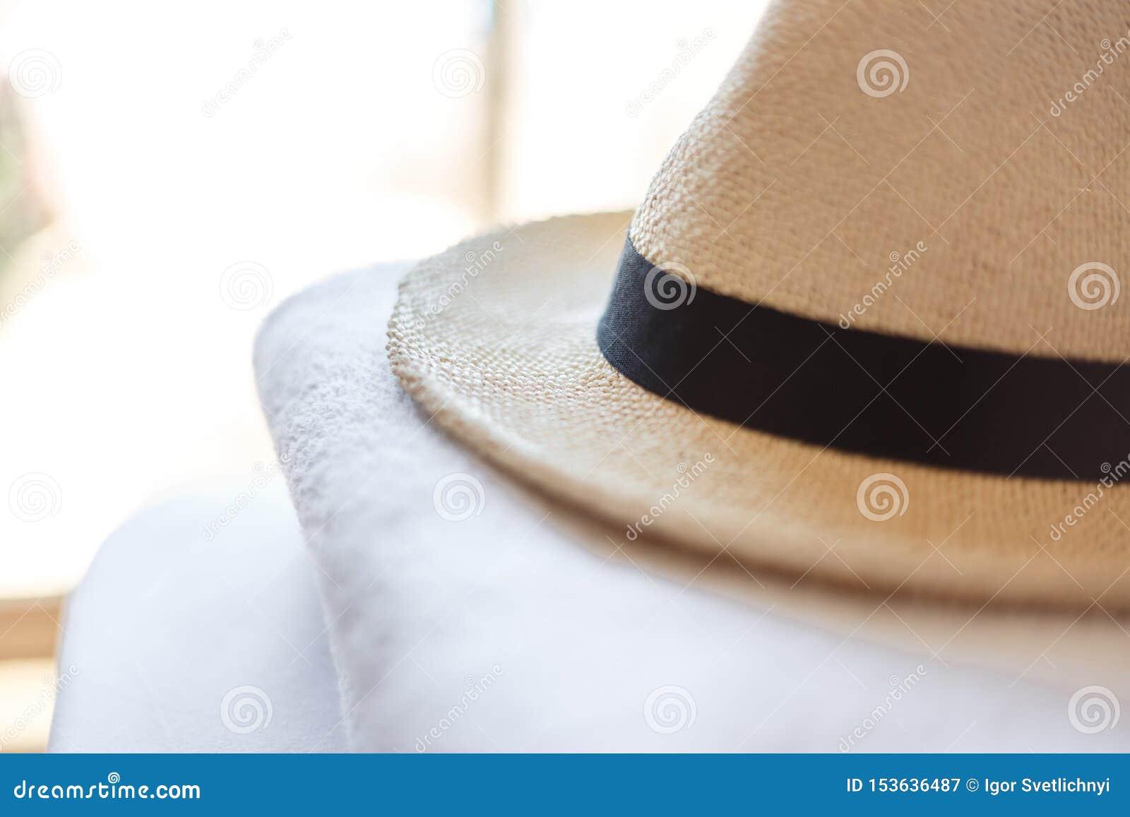 Accesorios del verano para la playa Gafas de sol en forma de corazón, sombrero de paja hecho punto elegante y toallas blancas Con