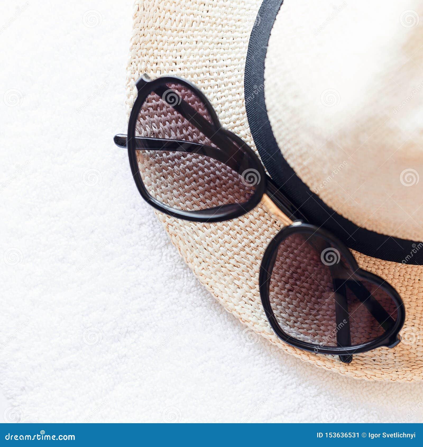 Accesorios del verano para la playa Gafas de sol en forma de corazón, sombrero de paja hecho punto elegante y toallas blancas