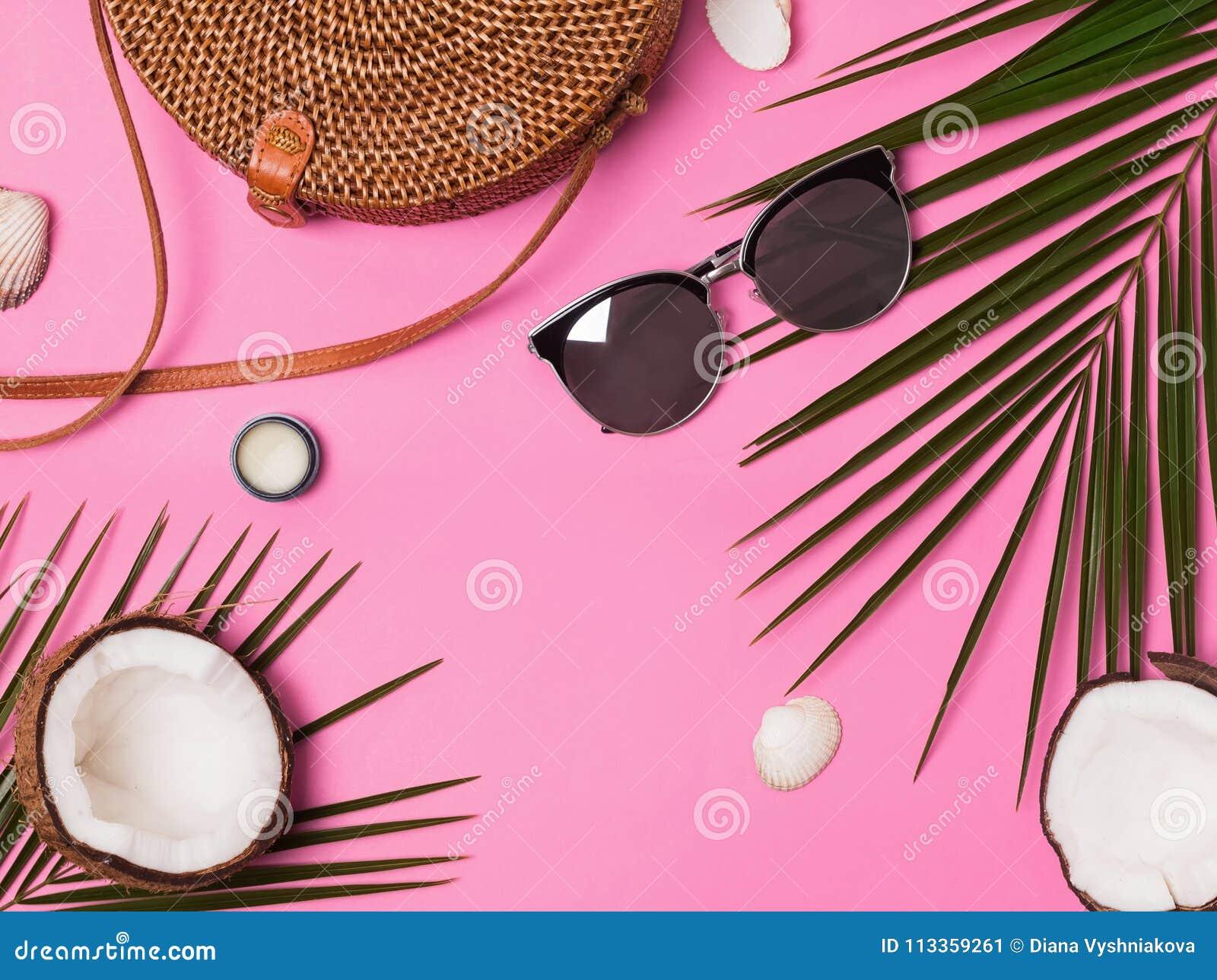 Accesorios femeninos de las vacaciones en el fondo rosado, visión superior