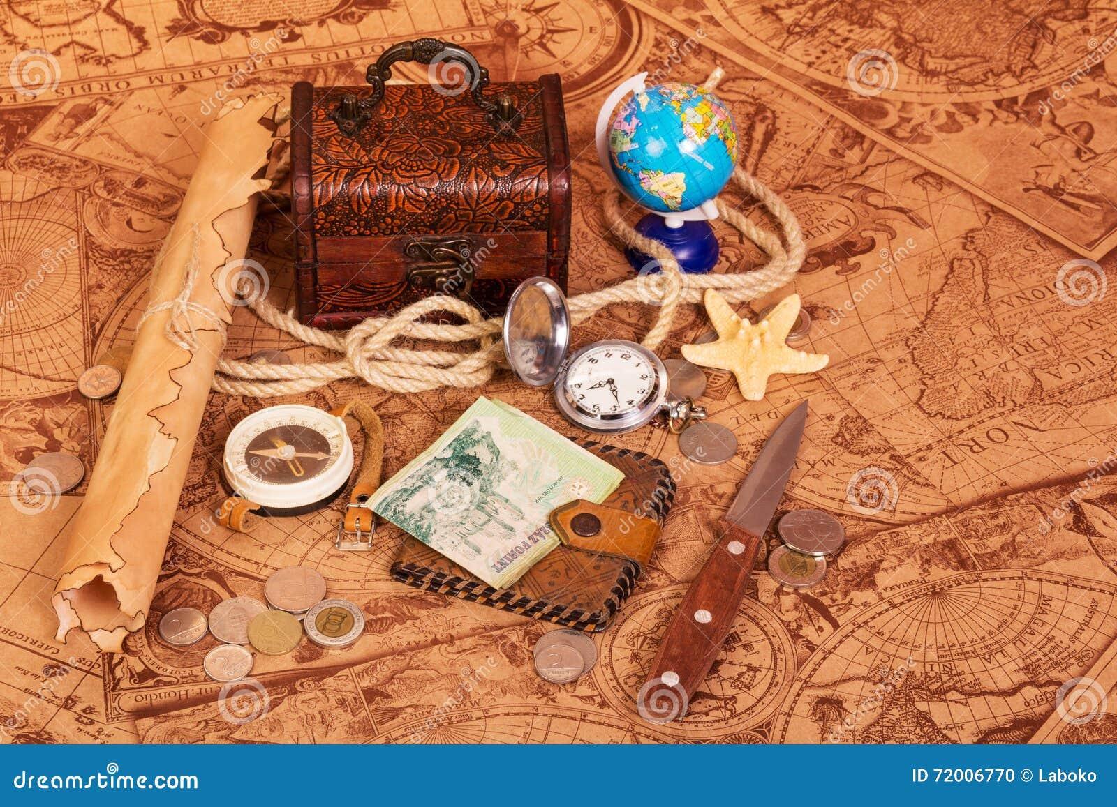 Accesorios Para El Viajero En El Fondo De Mapas Antiguos Foto de ...