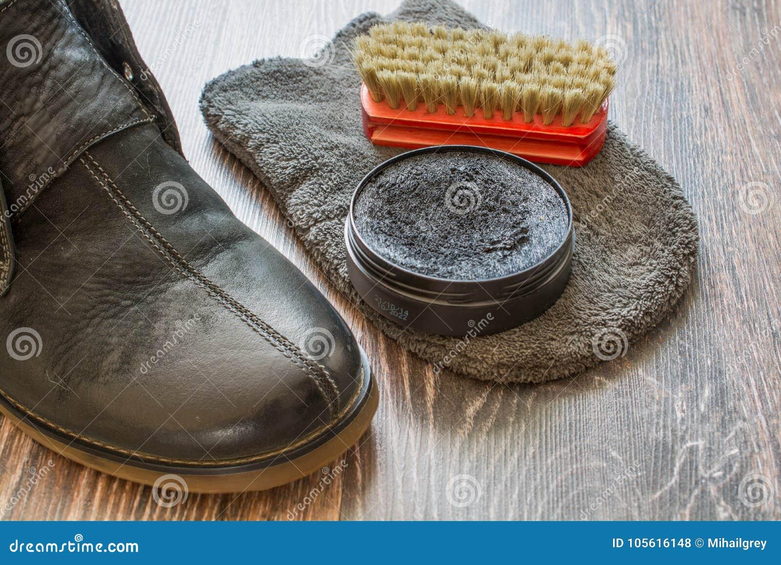 895df2ab6 Accesorios para la limpieza de los zapatos Zapatos del ` s del hombre en  superficie de madera
