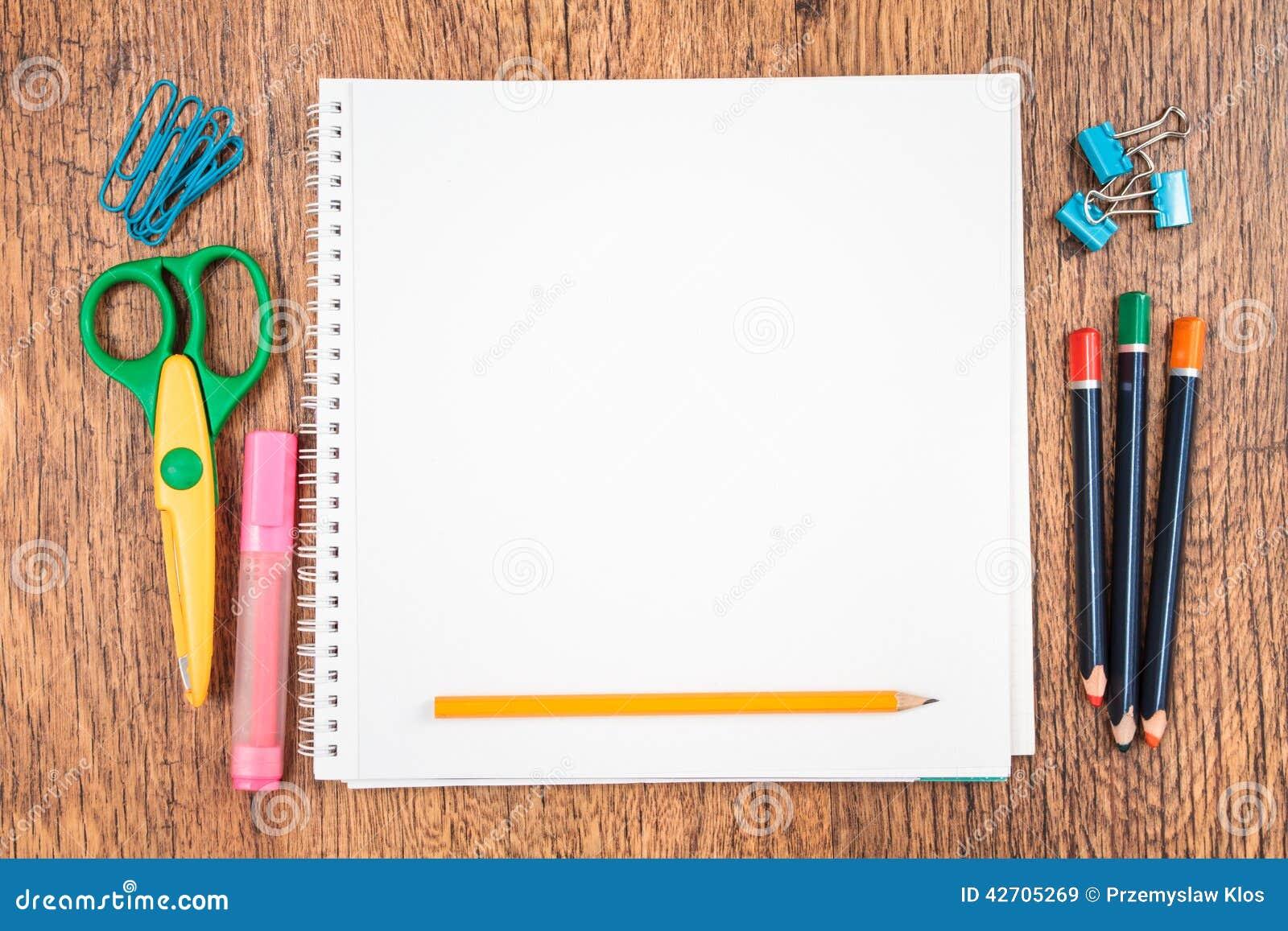 Fondo Utiles Escolares Vector: Accessoires D'école Sur Un Bureau Image Stock