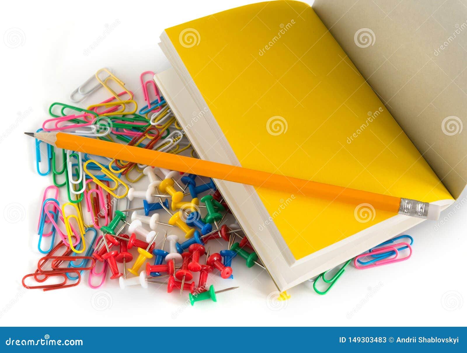 Accessoires de bureau d école, crayon, boutons, bloc-notes, trombones colorés, sur un fond blanc d isolement