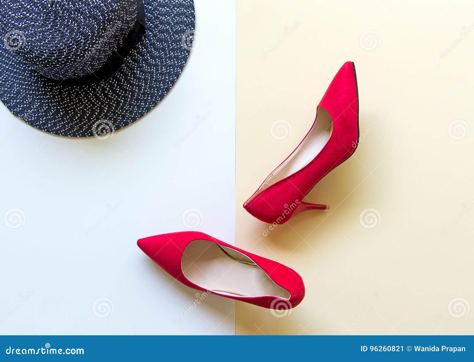4a4adad65a7c Accessoires de femme de mode réglés Les chaussures rouges de mode à la mode  gîte, grand chapeau arrière Fond de Colorfull Concept de mode de vie