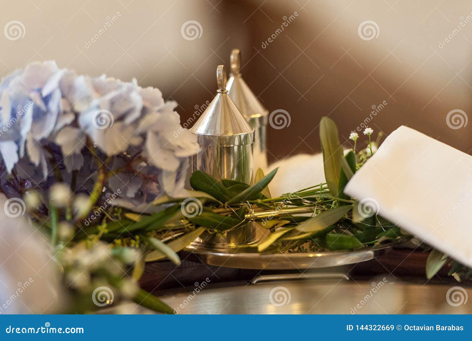 Accessoirs-Einstellung für Hochzeitszeremonie in der Kirche