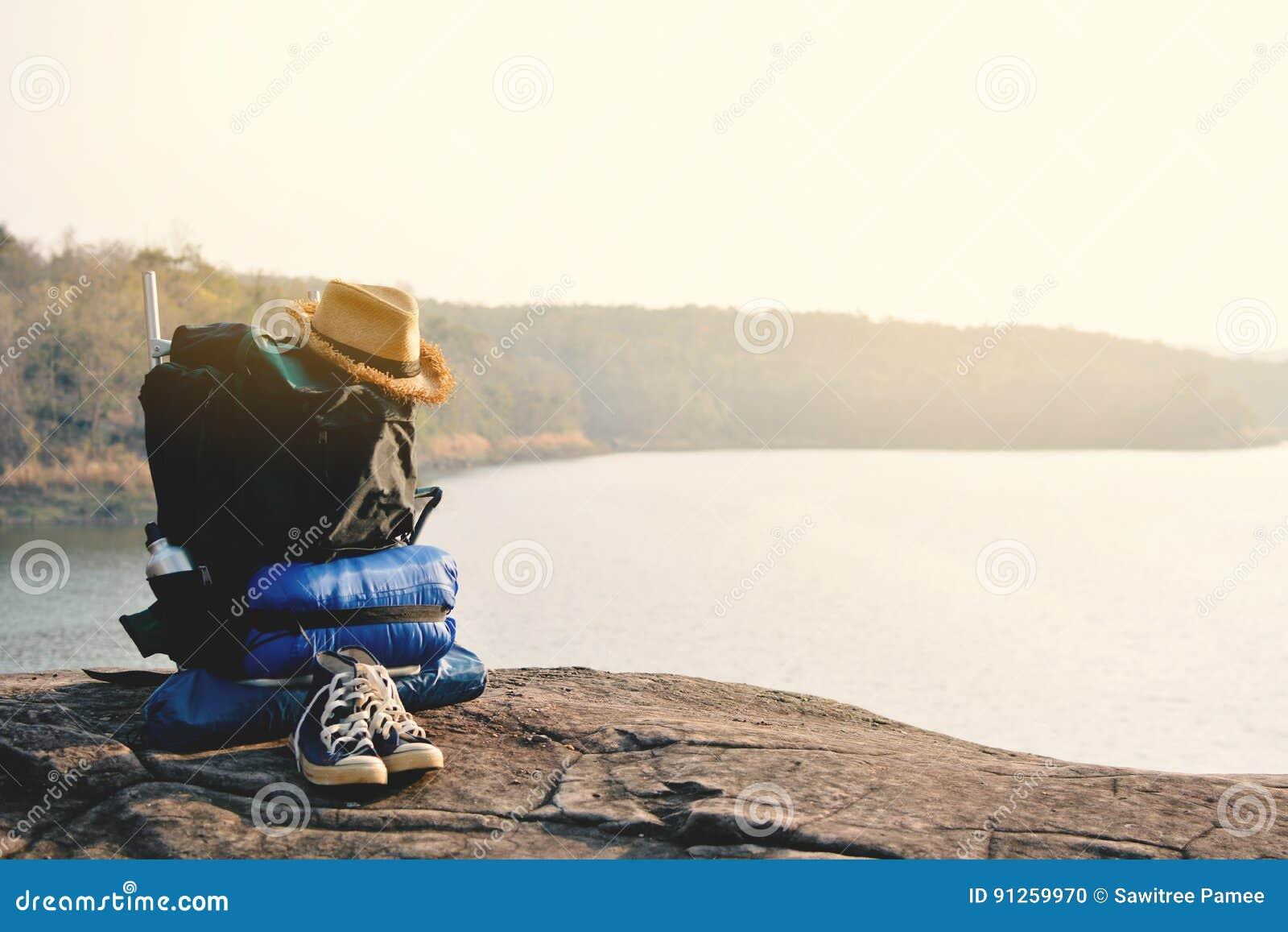 Accessori da backpack nel fondo della natura