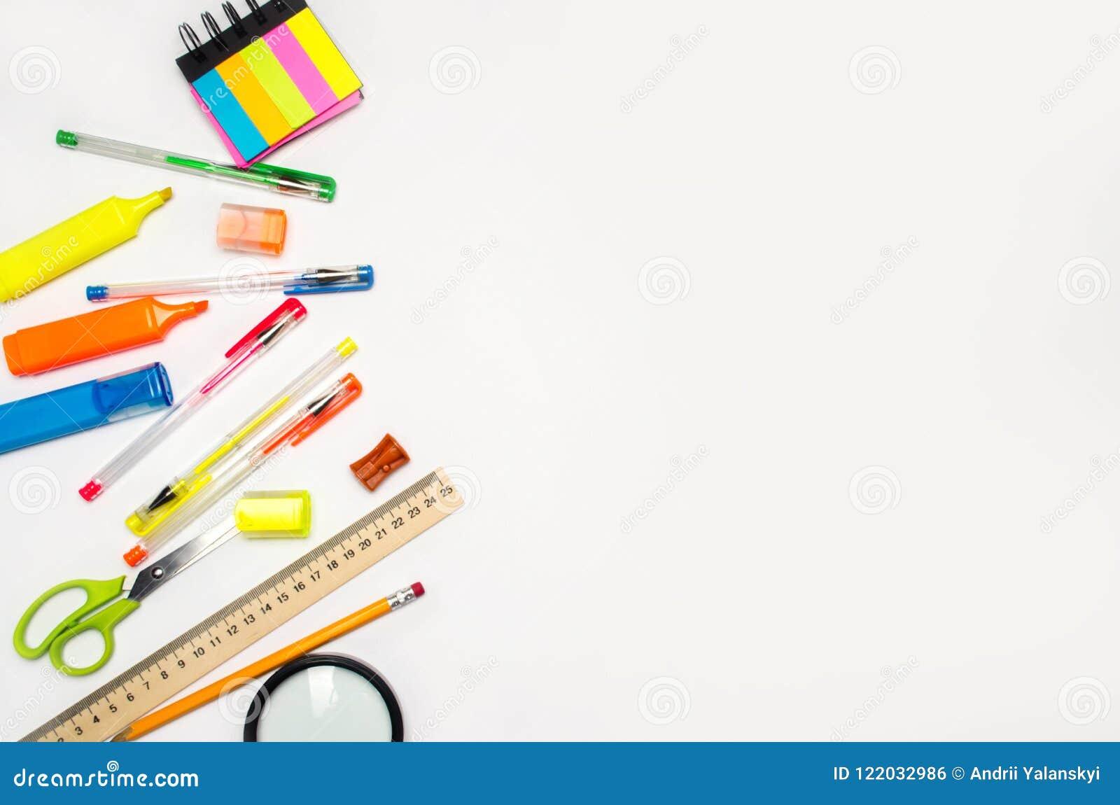 Accessori del banco su una priorità bassa bianca cancelleria Di nuovo al banco Concetto di formazione scrittorio colori le penne,
