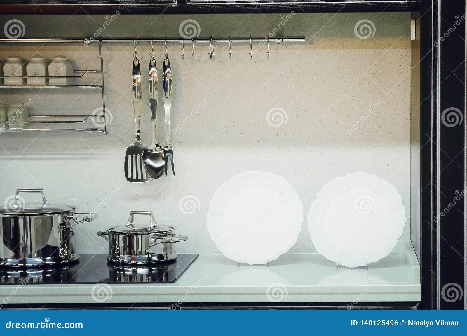 Accessori della cucina, piatti Interiore moderno della cucina