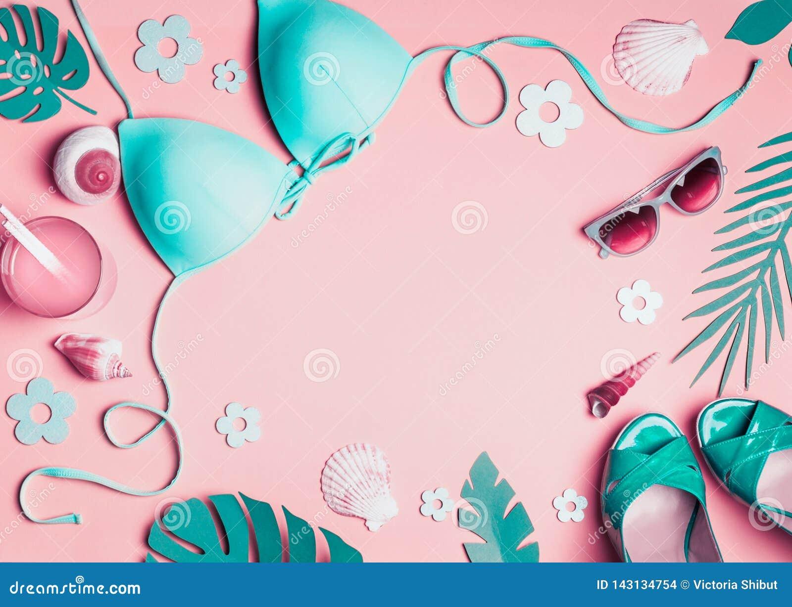 Accessori femminili della spiaggia su fondo rosa, vista superiore Bikini posto piano del turchese, occhiali da sole, sandali con