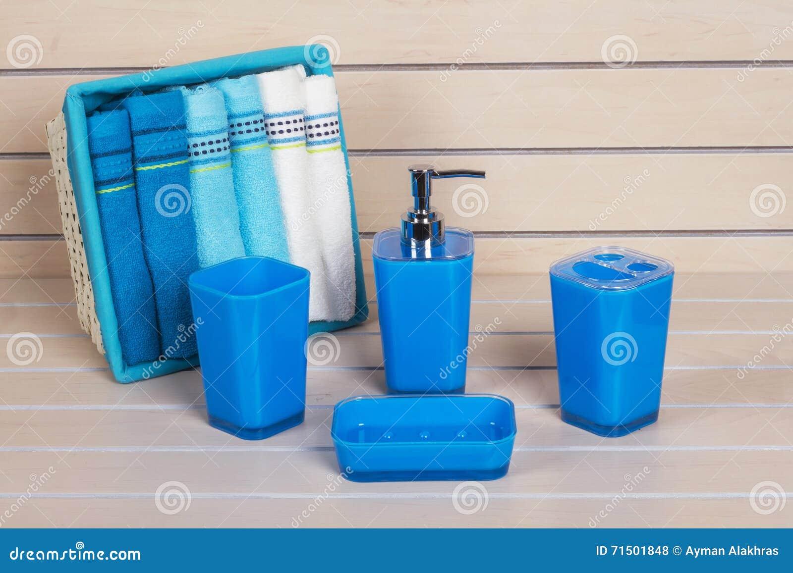Accessori moderni blu del bagno con il canestro dell - Accessori moderni bagno ...