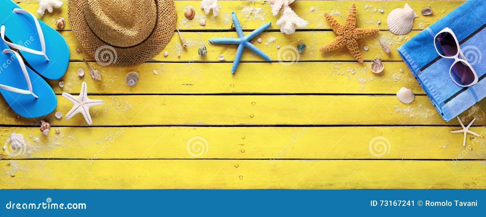Accessori sulla plancia di legno gialla - colori della spiaggia di estate