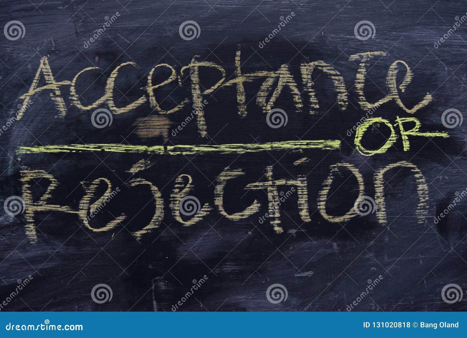 Accettazione o rifiuto scritto con il concetto del gesso di colore sulla lavagna