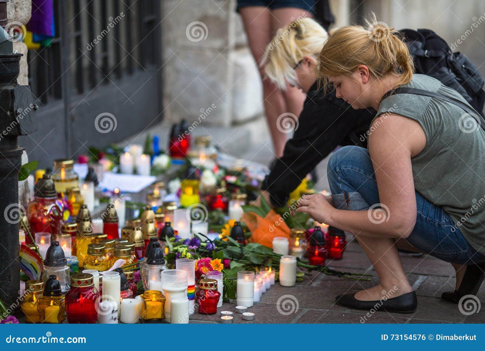 Acción cerca del consulado americano en memoria de las víctimas de la masacre en pulso gay popular del club en Orlando