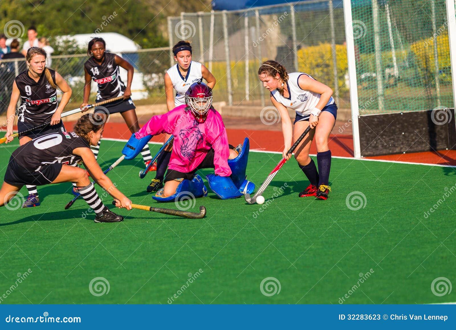 Acción de defensa del portero de las muchachas del hockey