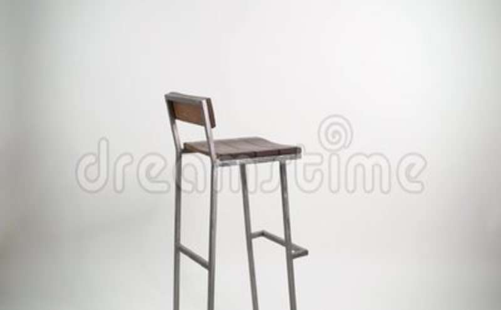 Acciaio con la sedia di legno su fondo bianco sgabello da bar