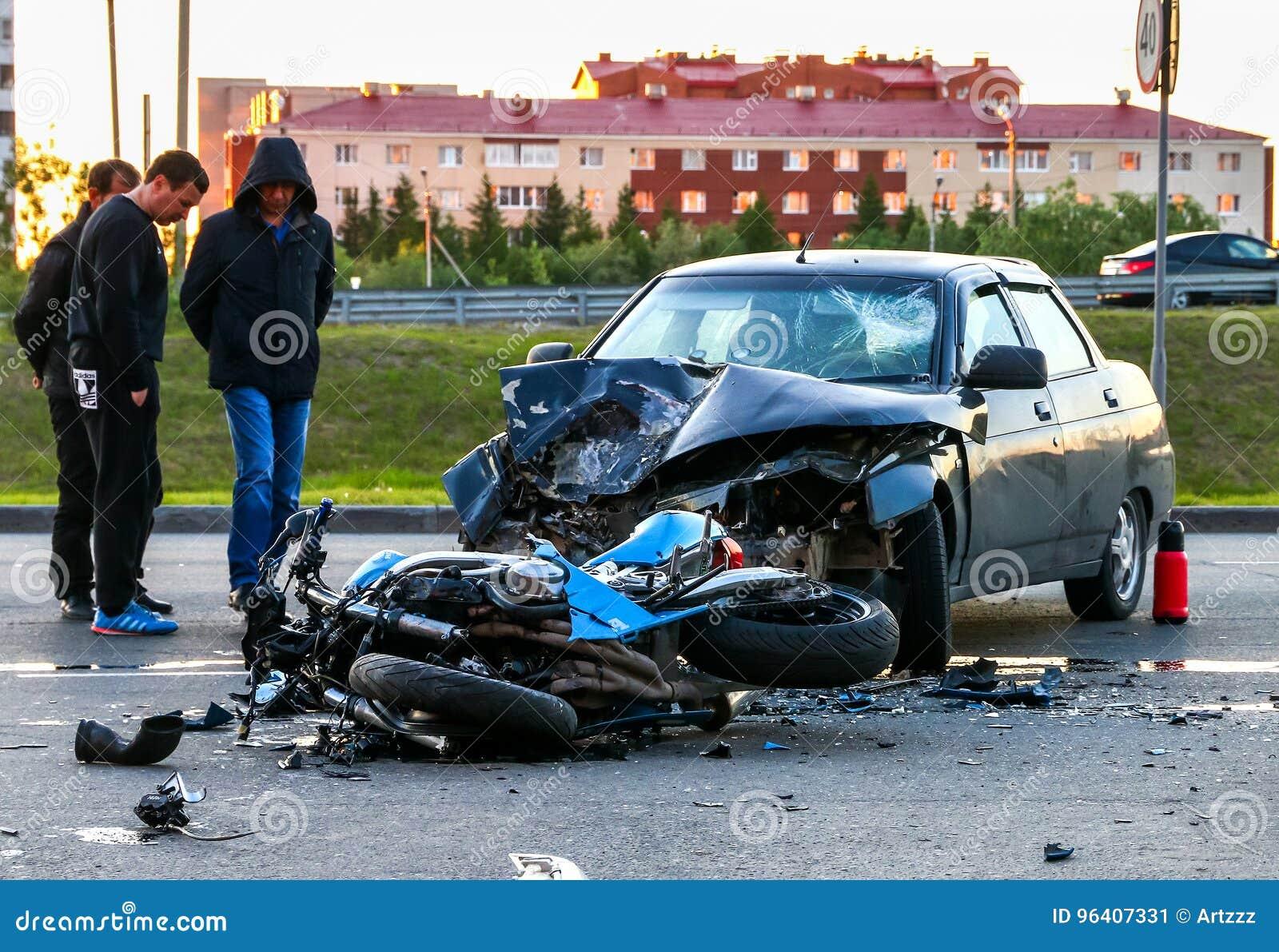 Accident avec le vélo et la voiture cyan