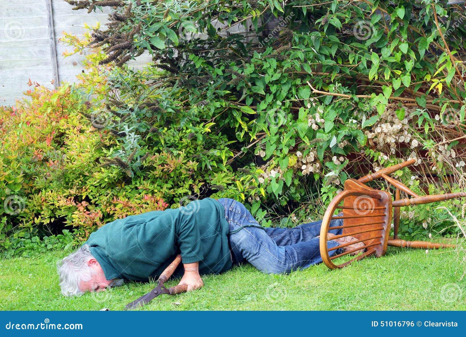 Accident Chute De Jardin Plus De Danger Homme Inconscient