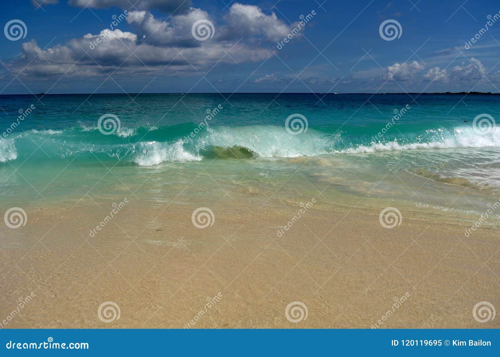 Accident courbé par vagues de plage de la Jamaïque