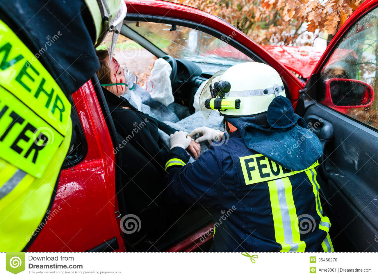 accident les sapeurs pompiers sauvent la victime d 39 un accident de voiture photo stock image. Black Bedroom Furniture Sets. Home Design Ideas