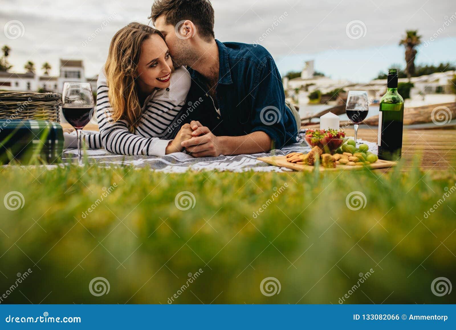 Accoppi ad una data romantica all aperto