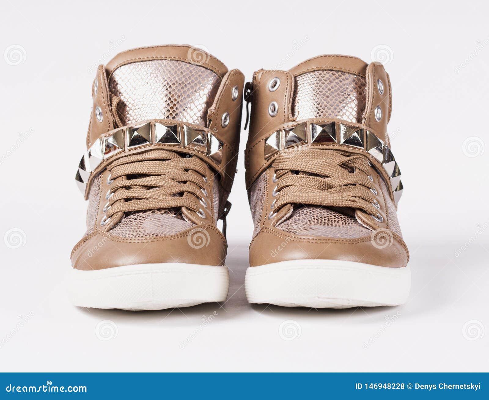Accoppi delle scarpe su fondo grigio
