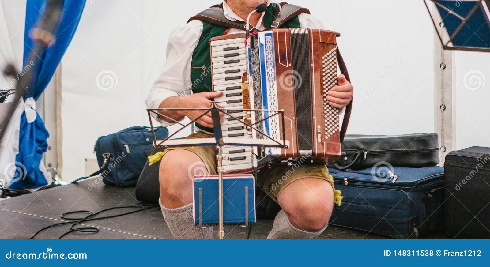 Accordeonist die de harmonika spelen