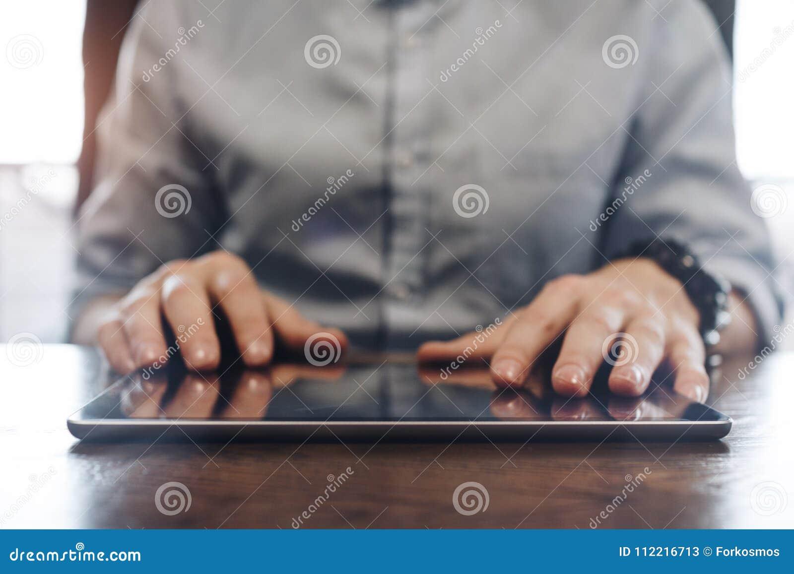 Account Manager che lavora e che scrive sulla compressa moderna Clos della compressa
