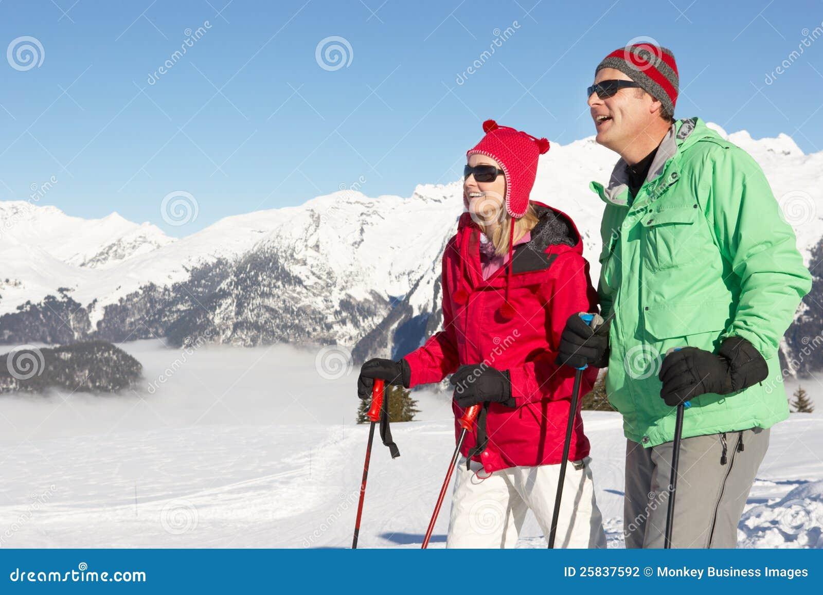 Accouplez avoir l amusement des vacances de ski en montagnes