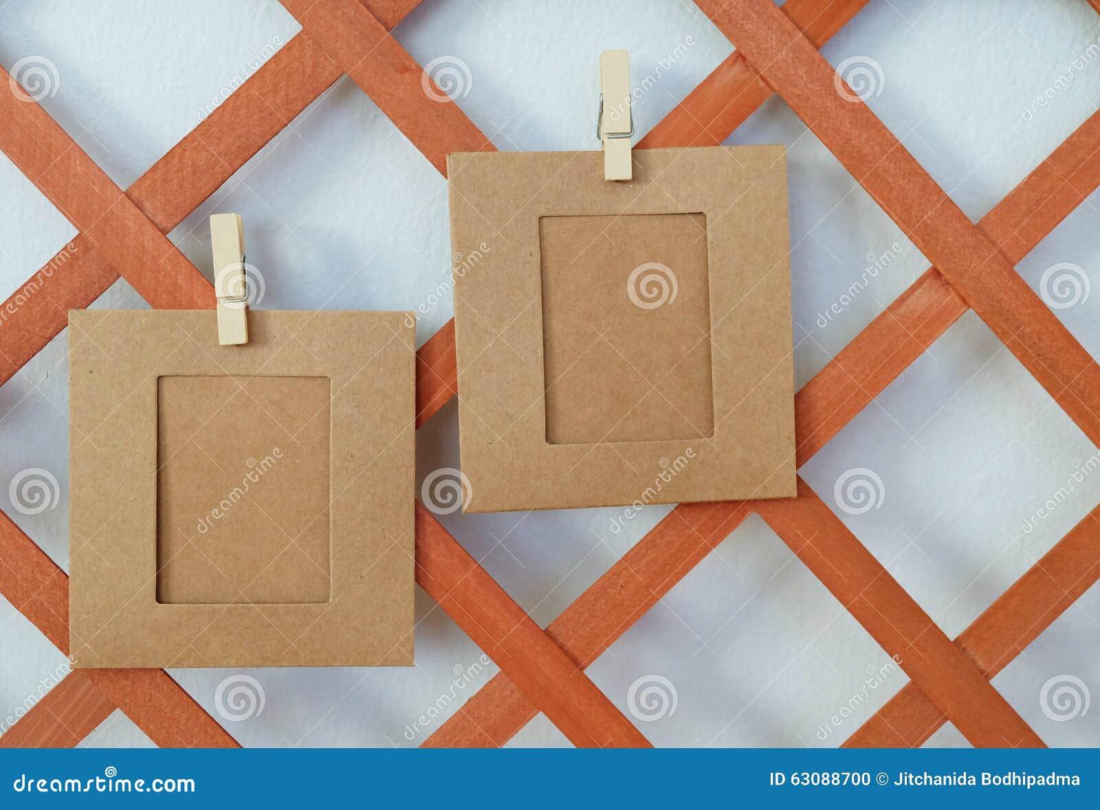 Download Accrocher De Deux Papiers Sur Le Bois Photo stock - Image du vide, brun: 63088700