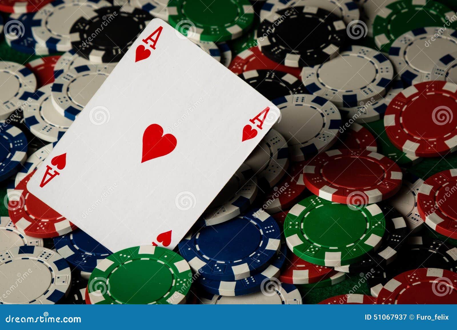 Ace de corações e de microplaquetas de pôquer
