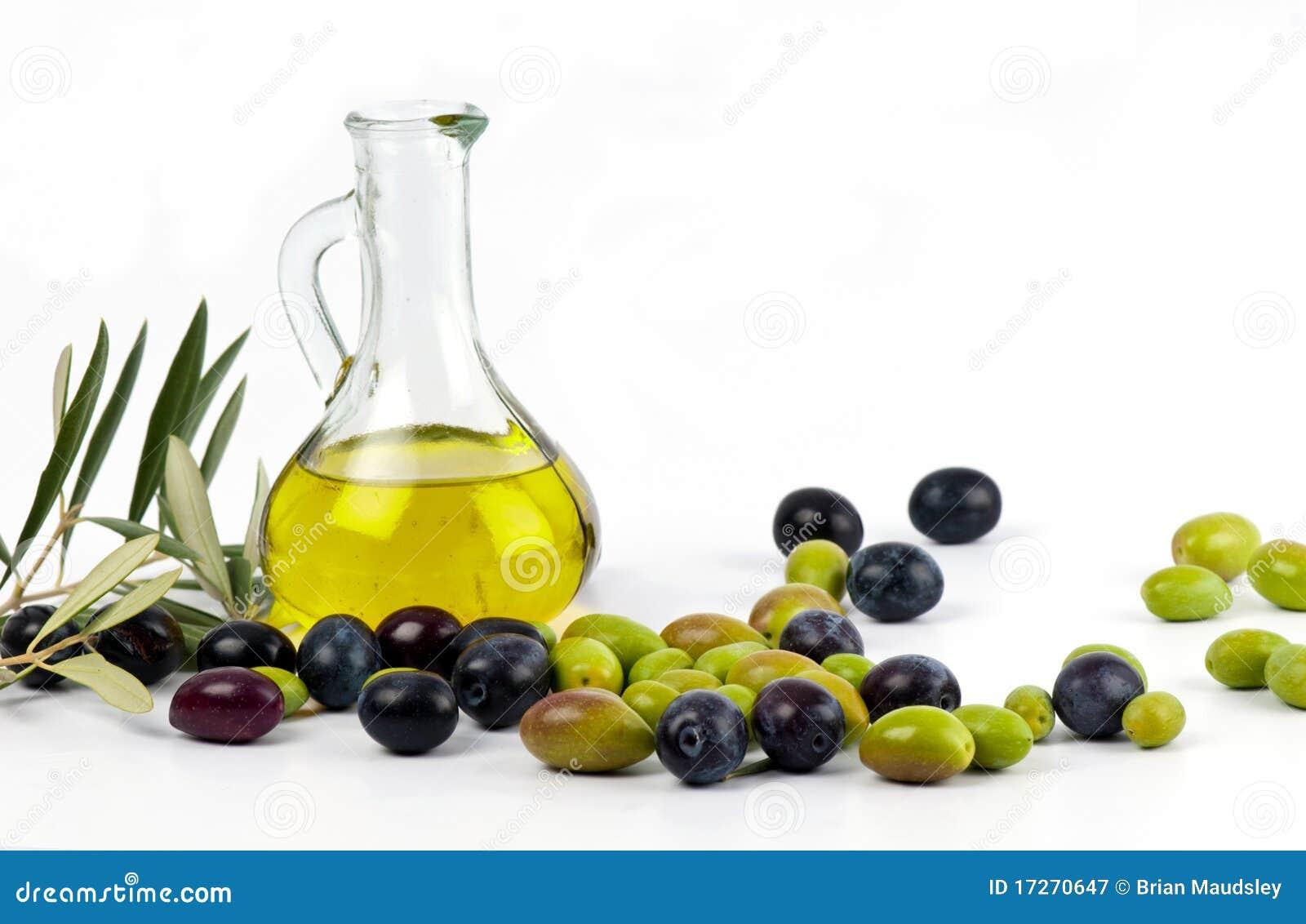Aceite de oliva virginal adicional con las aceitunas frescas.