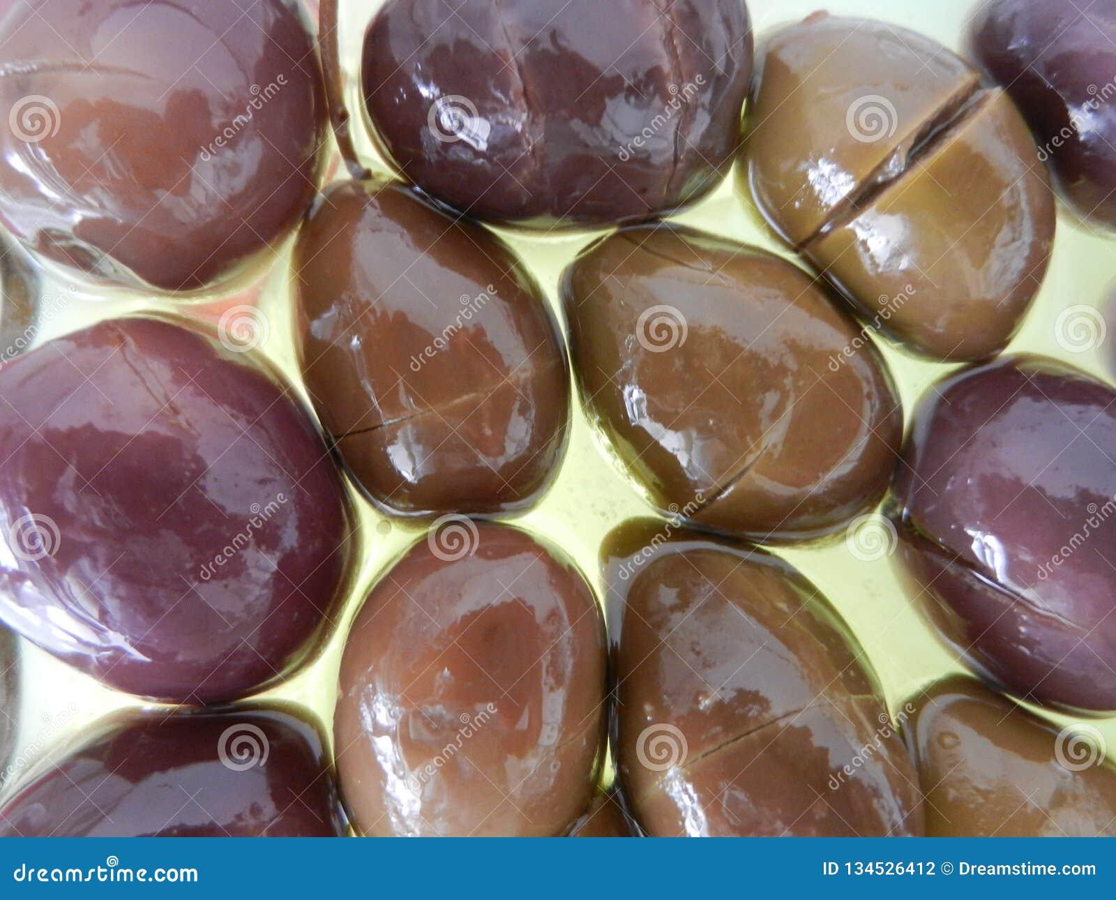 Aceite y aceitunas de oliva con la presentación más natural