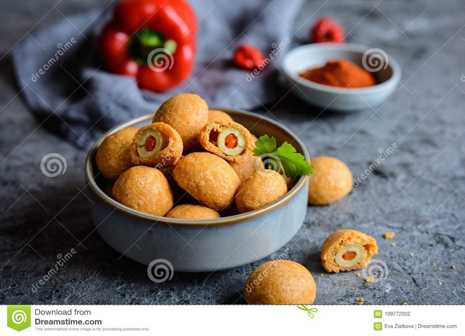 Aceitunas cocidas en pasta del queso y de la paprika