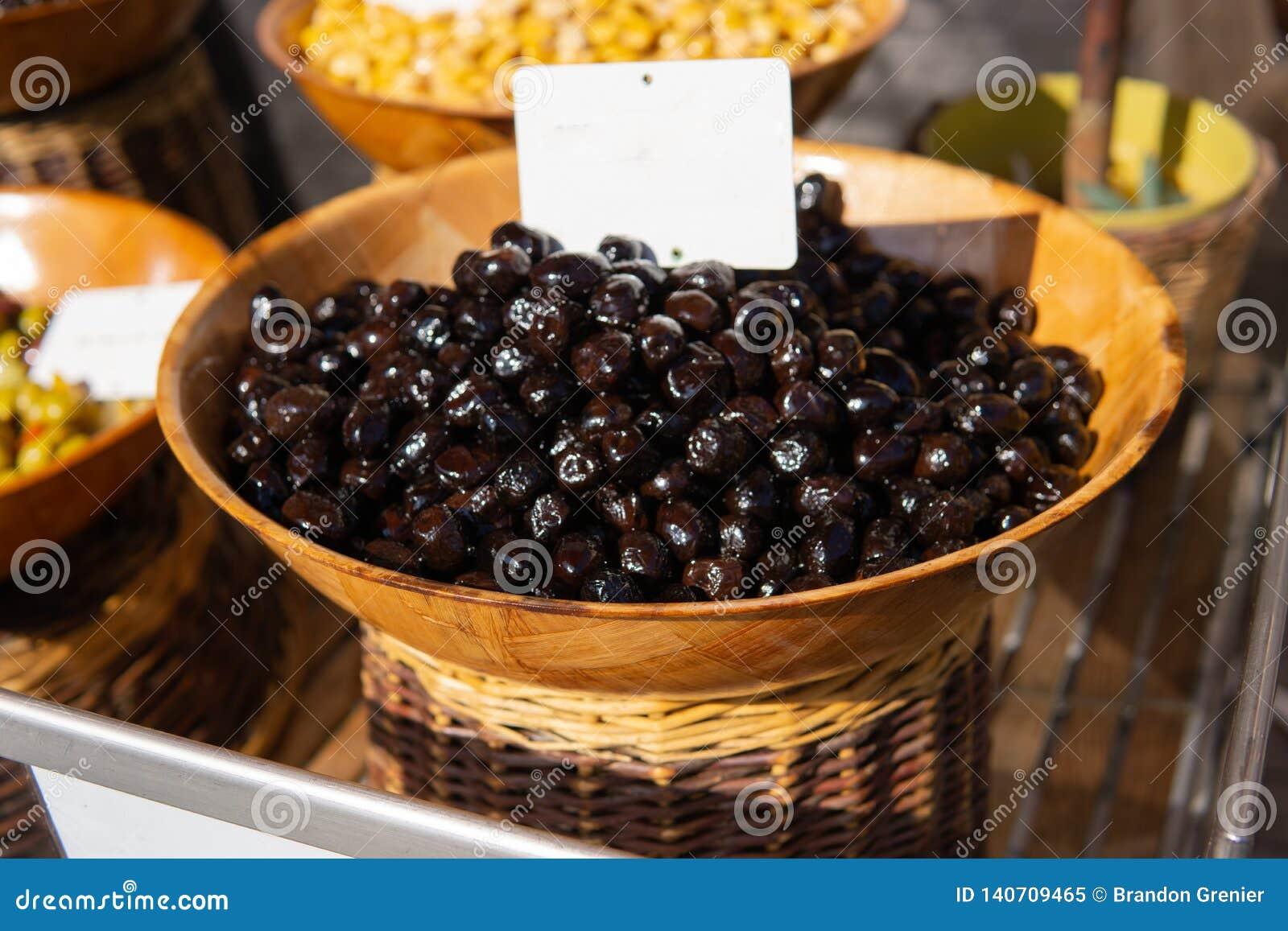 Aceitunas negras en cesta en venta en el mercado de los granjeros
