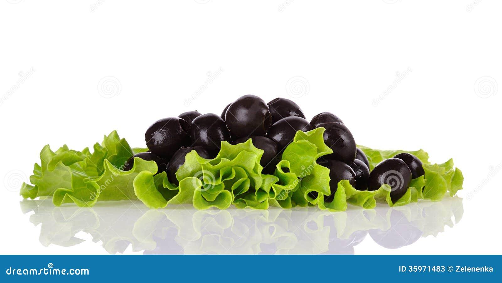Aceitunas negras en la ensalada verde