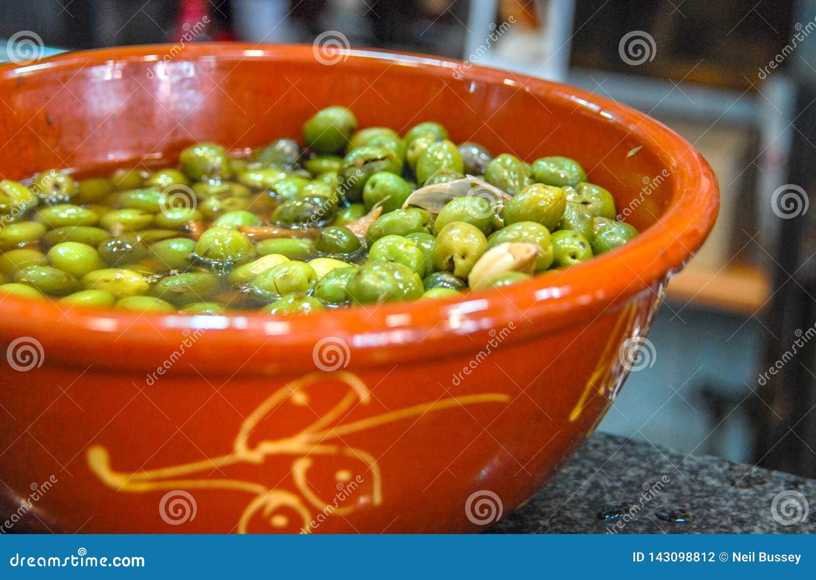 Aceitunas verdes españolas con el ajo, Sevilla, Andalucía, España