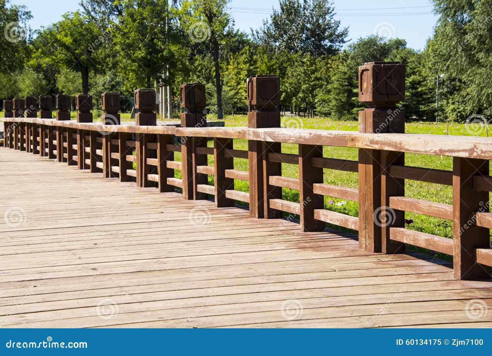 acera de madera verjas de madera imagen de archivo