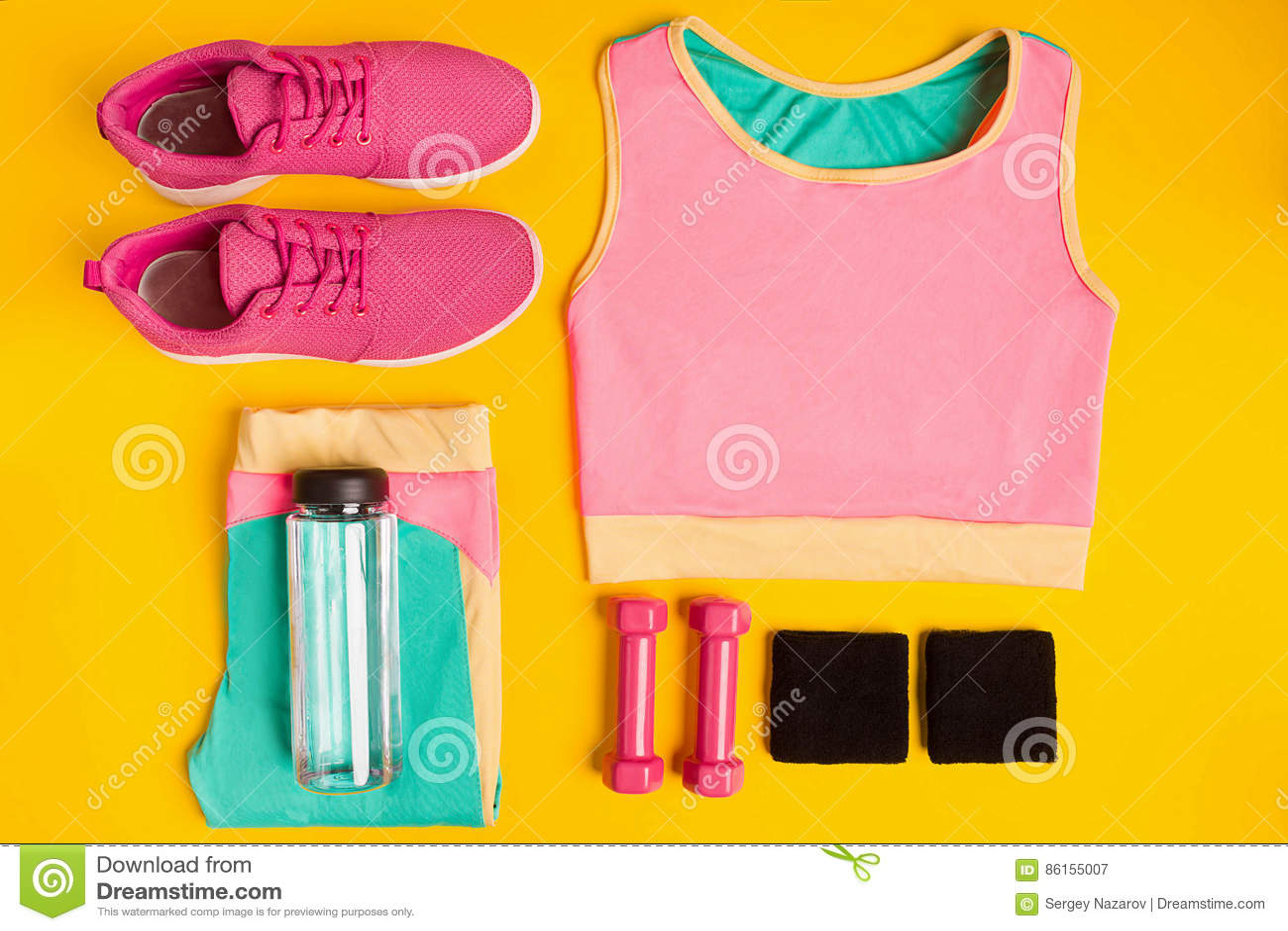 Acessórios da aptidão no fundo amarelo As sapatilhas, a garrafa da água, os pesos e o esporte cobrem