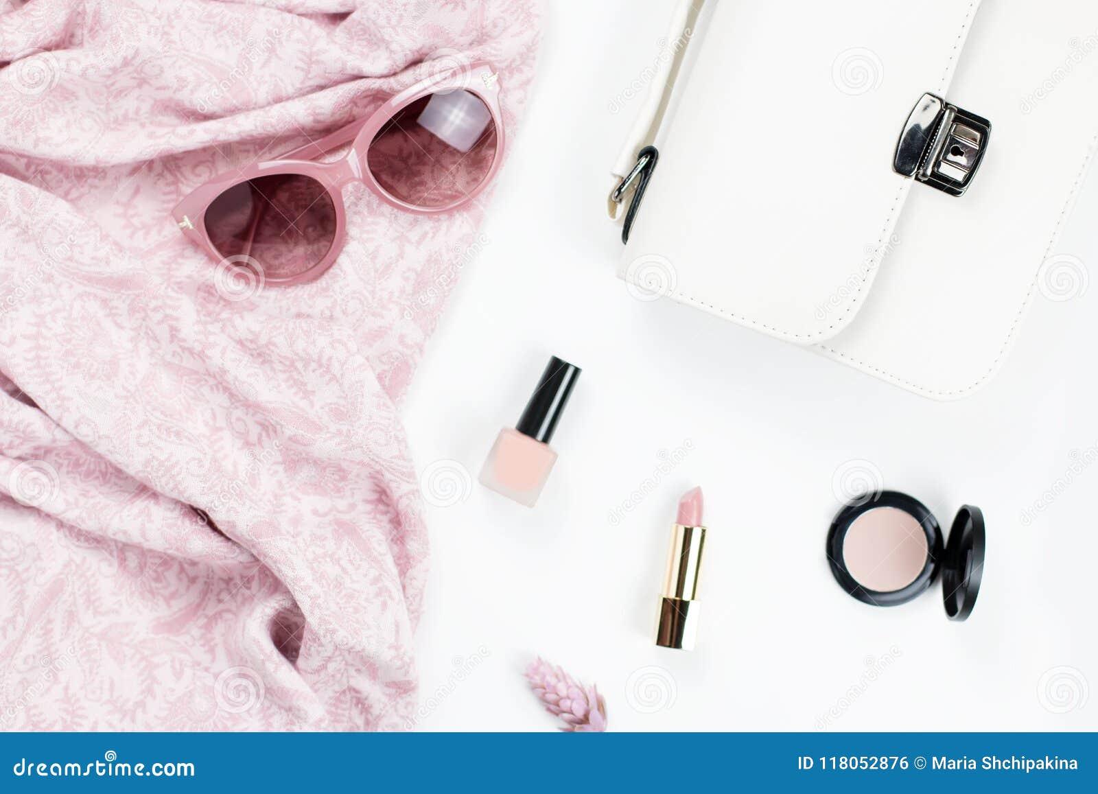 Acessórios da forma e da beleza da mulher - bolsa, óculos de sol, lenço 494bbd82c6