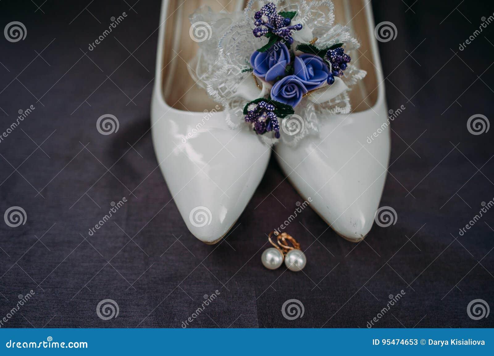 Acessórios da noiva: ate a blusa, liga, planos do bailado, sapatas alto-colocadas saltos